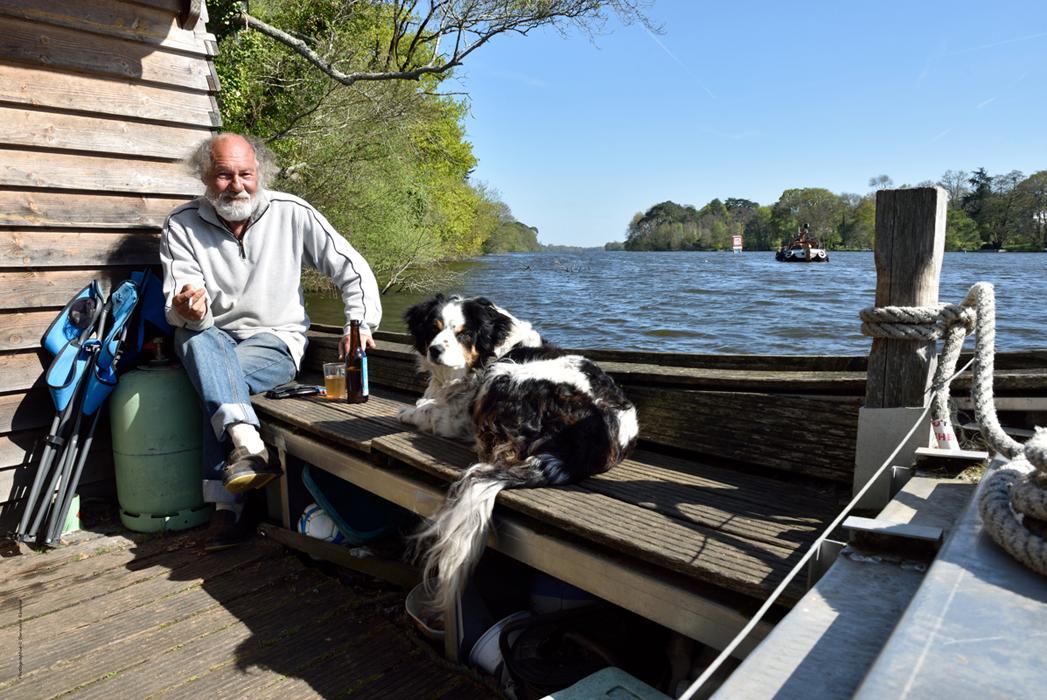Patrice, né à Nantes, Loire-Atlantique, Pays de Loire, France… et son chien Crapette.  Vue de l'Erdre vers l'amont, à la hauteur du parc botanique Ganuchaud.