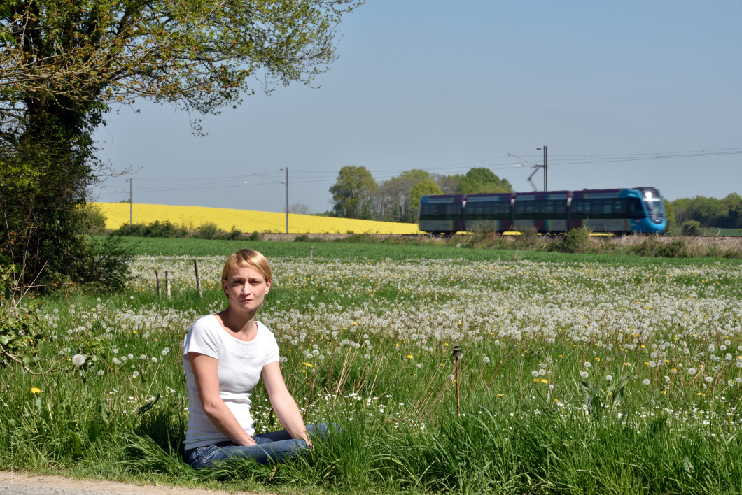 Claire, née à Angers, Maine-et-Loire, Pays de la Loire, France. La ligne de tram-train Châteaubriant-Nantes, près du passage à niveau des Cloisons. Le lieu-dit est limitrophe de Nort-sur-Erdre.